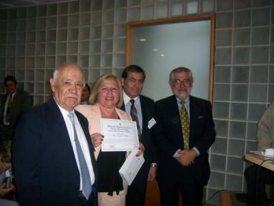20080407192546-stella-maris-recibiendo-diploma-senor-jopia-homero-rojas-colsul-de-chile-en-b.as..jpg