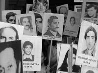 Familiares de víctimas borran nombres de falsos desaparecidos
