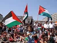 Multitudinaria concentración palestina frente a La Moneda exigió el inmediato cese al fuego.