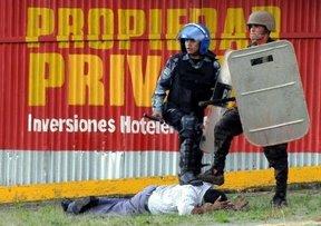 Honduras: A la Constitución rogando y con el mazo dando