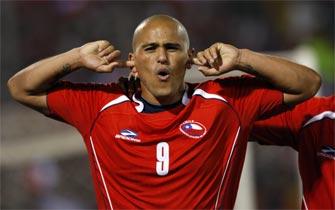 Suazo pone en ventaja a Chile