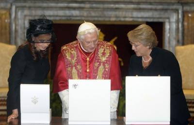 Papa llama a Michelle Bachelet y Cristina Fernández a seguir trabajando por la paz