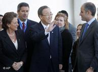 Ban Ki-moon (centro) arriba a la presentación del informe, en Valencia.