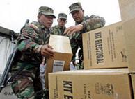 Elementos del ejército resguardan las actas luego de la primera vuelta electoral.