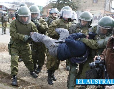 'ORDEN Y PATRIA'.  Carabineros desalojan escuela  y detienen a niños mapuches que protestan por presencia policial en comunidades
