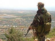 Un combatiente de las fuerzas de Hizbolláhm mira hacia el norte de Israel.