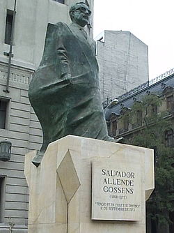 Estatua de Salvador Allende frente al Palacio de la Moneda