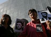 Las víctimas recuerdan a los desaparecidos durante la dictadura.