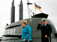 La canciller alemana Angela Merkel se baja del submarino 33 despedida el viceadmiral Wolfgang E. Nolting.