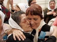 Las Madres de Plaza de Mayo celebran el veredicto.