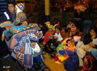 Una familia acampa después del terremoto en un parque de Lima
