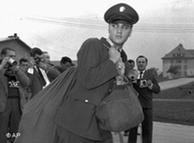 Elvis a su llegada a Alemania el 8 de octubre de 1958