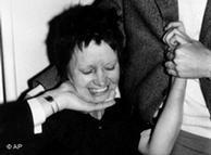 Ulrike Meinhof, al ser presentada luego de su detención. (Archivo)