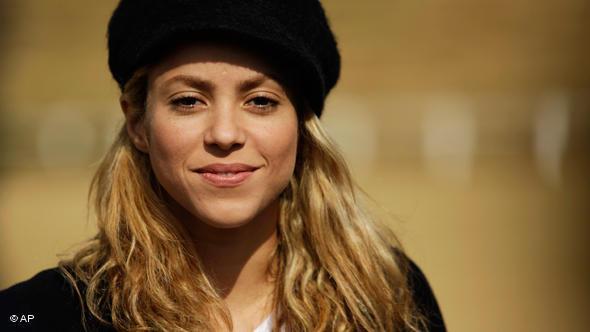 Shakira, aquí con gorra. Barcelona quiere que se ponga un casco, por lo menos cuando anda en moto.
