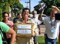 El líder opositor, Oswaldo Paya y su esposa Ofelia Acevedo, recolectan firmas para el proyecto Varela.