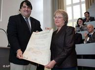 Bachelet recibe el doctorado honoris causa de la universidad donde estudió medicina.