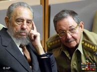 Fidel Castro y su hermano Raúl.
