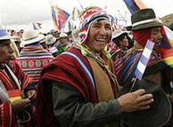 Indígenas acompañan a Morales a agradecer a los dioses el triunfo electoral.