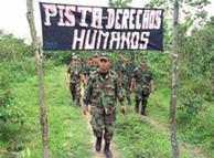Soldados colombianos asisten a cursos de derechos humanos.