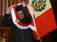 Alan García se tercia por segunda vez la banda presidencial peruana.
