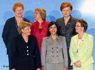 Algunas de las mujeres de la Cumbre de Viena:  (Atrás, de izqu. a der.) la presidente de Finlandia, Tarja Halonen; la de Chile, Michelle Bachelet y la de Lituania, Vaira Vike-Freiberga. (Adelante) la canciller alemana, Angela Merkel; la vicepresidente de El Salvador, Ana Vilma de Escobar y la vicemin. de Exteriores de Suecia, Carin Jaemtin.