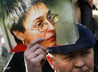 Un hombre protesta contra el asesinato de la periodista Anna Politkovskaya.