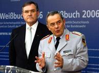 El ministro de Defensa, Franz Josef Jung, a la izquierda de la imagen.